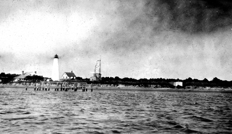 taken between 1915 and 1920, shows the lighthouse compound cleared and a number of structures in the area of the lighthouse.