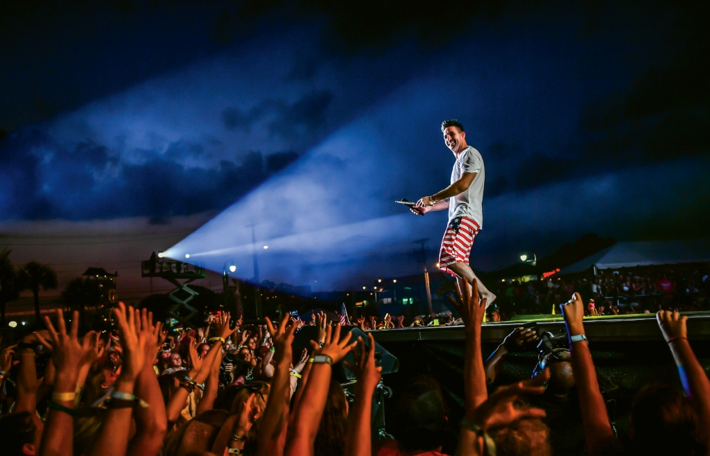 Jake Owen keeps festival-goers pumped up with the help of a beautiful beach sunset at the 2016 Carolina Country Music Festival.