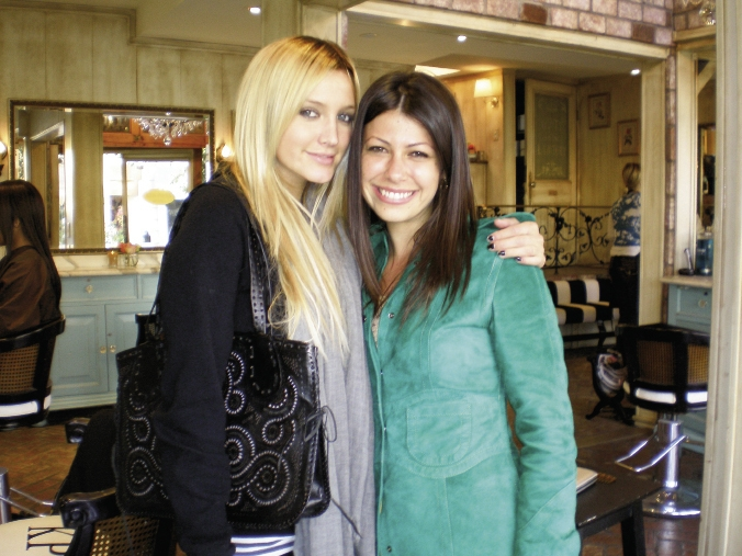 Ashlee Simpson, wearing a Blumera bag, meets up with its designer.