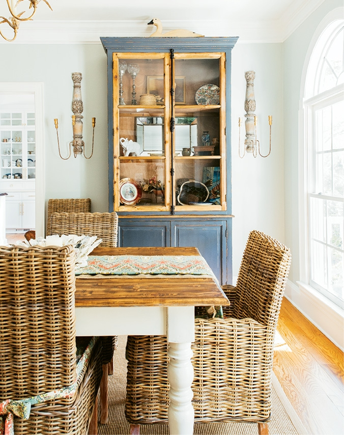 Natural materials and eclectic furniture pieces point up the modern coastal aesthetic in the dining room.